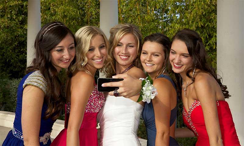 girls posing for prom photo